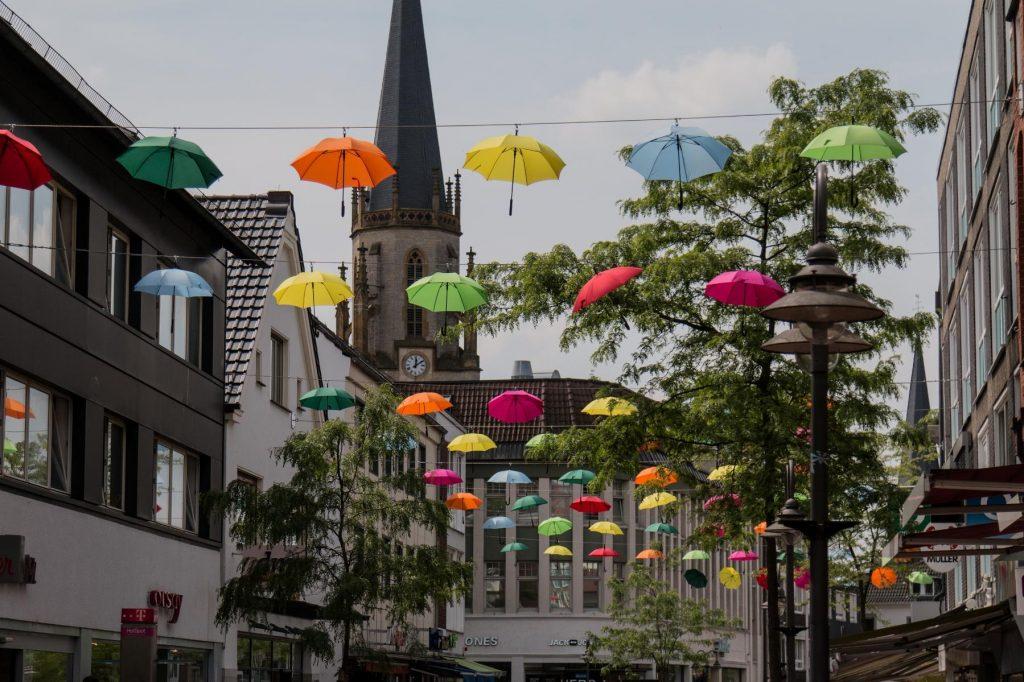 Umbrella Sky_ Regenschirme über der Mittleren Berliner Straße