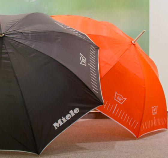 Regenschirme Miele aufgespannt in Schwarz und Rot