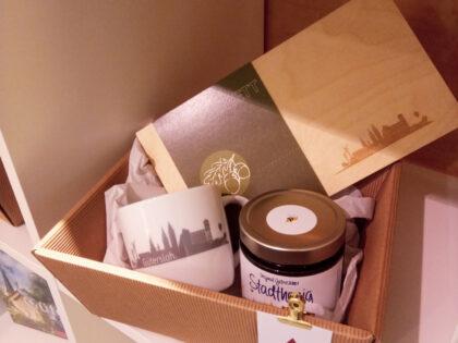 Geschenkset zum Frühstücken: Tasse, Holzbrett, Honig