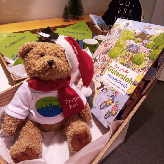 Kinder-Geschenke-Set aus Teddy, Wimmelbuch und Brettspiel (nicht im Bild)