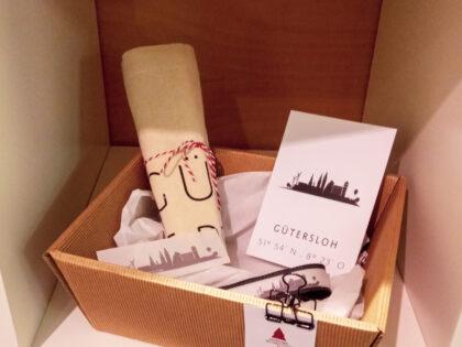Geschenke-Set aus Stoffbeutel, Postkarte, Aufkleber und Schlüsselanhänger mit Gütersloh Motiven